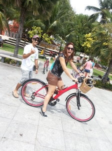 A jornalista Anna Cavalcanti aprendendo a pedalar na Shamira