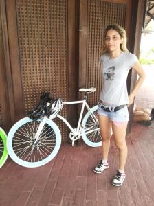 A estudante Mara Oliveira e sua bike de roda fixa