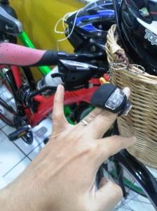 A lanterninha com silicone pode ser colocada no capacete ou em diversos locais da bicicleta.