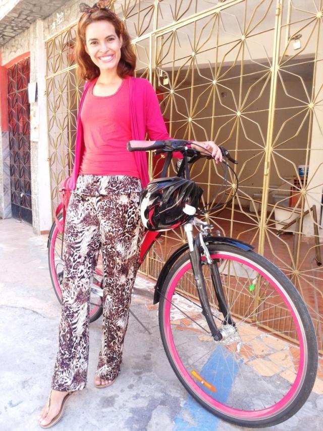 Calça marrom e regata vermelha Blog de bike na Cidade Sheryda Lpes by Francisco Barbosa (1)