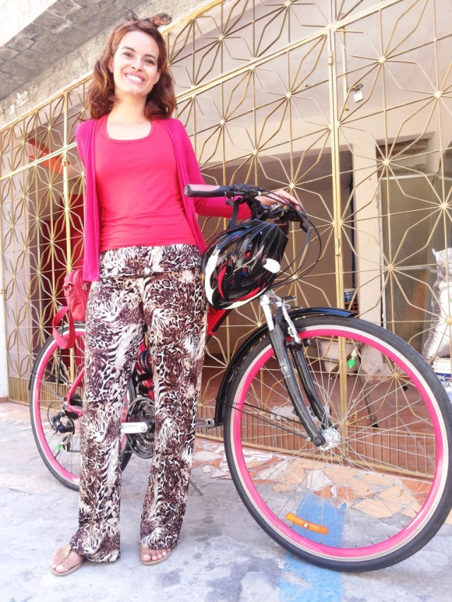 Calça marrom e regata vermelha Blog de bike na Cidade Sheryda Lpes by Francisco Barbosa (2)