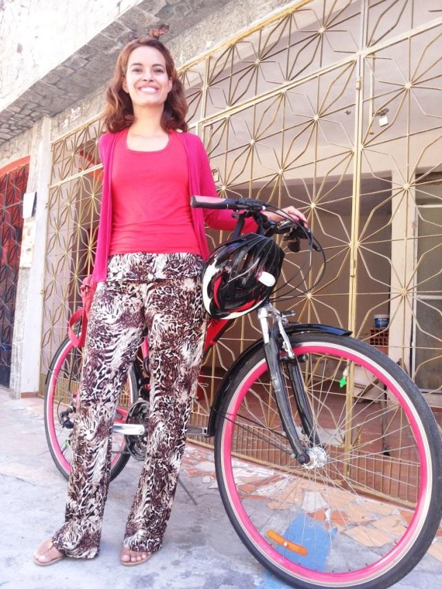 Calça marrom e regata vermelha Blog de bike na Cidade Sheryda Lpes by Francisco Barbosa (3)