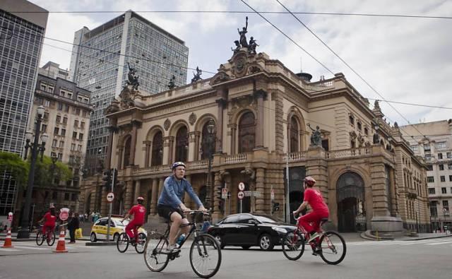 ciclistas-pedalam-pela-ciclofaixa-no-centro_Mobilize_Folhapress_ De Bike na Cidade