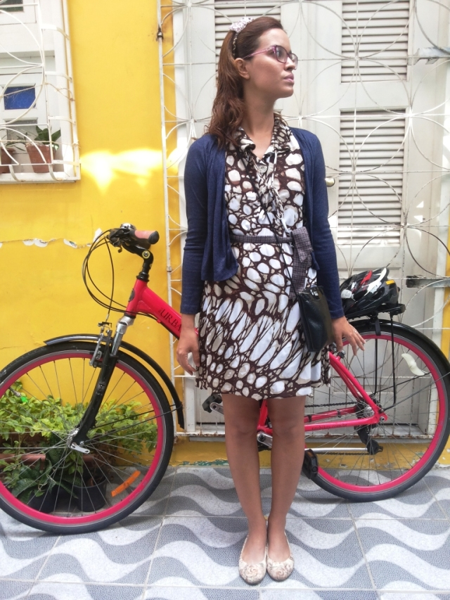 De Bike na Cidade Look Cycle Chic vestido marrom Sheryda Lopes (3)