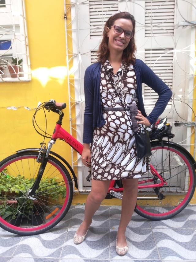 De Bike na Cidade Look Cycle Chic vestido marrom Sheryda Lopes (4)