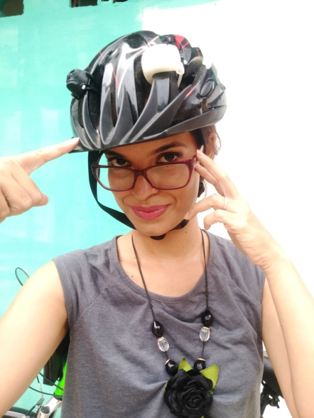 Look Cycle Chic De Bike na Cidade Blusa cinza e saia plissada rosa - ida ao Extra - Sheryda Lopes - by Francisco Barbosa (1)