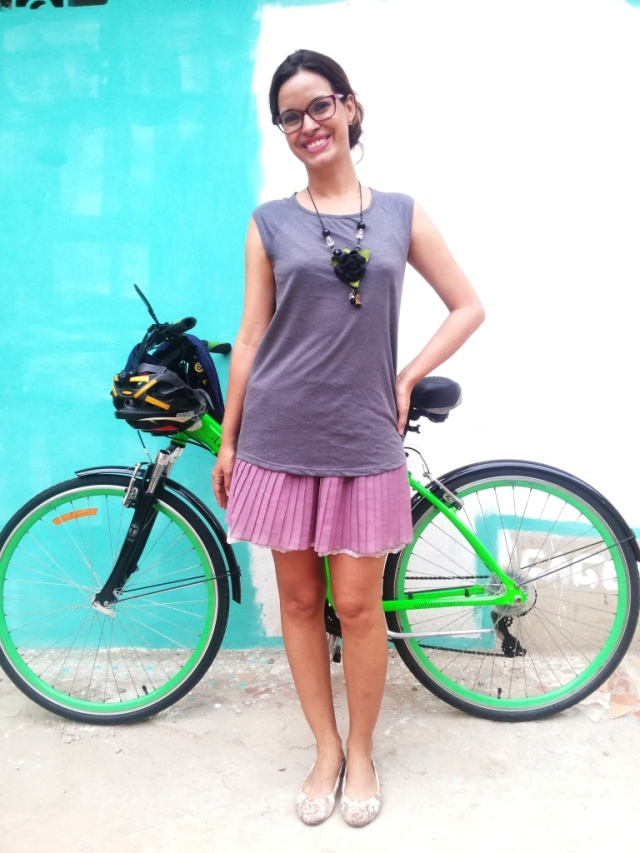 Look Cycle Chic De Bike na Cidade Blusa cinza e saia plissada rosa - ida ao Extra - Sheryda Lopes - by Francisco Barbosa (8)