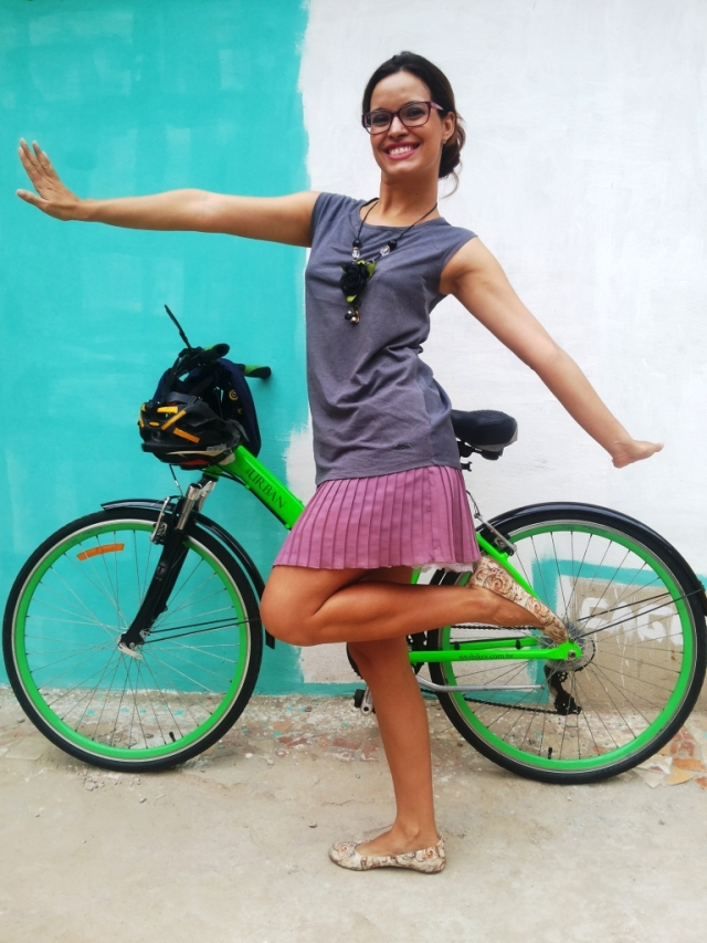 Look Cycle Chic De Bike na Cidade Blusa cinza e saia plissada rosa - ida ao Extra - Sheryda Lopes - by Francisco Barbosa (9)