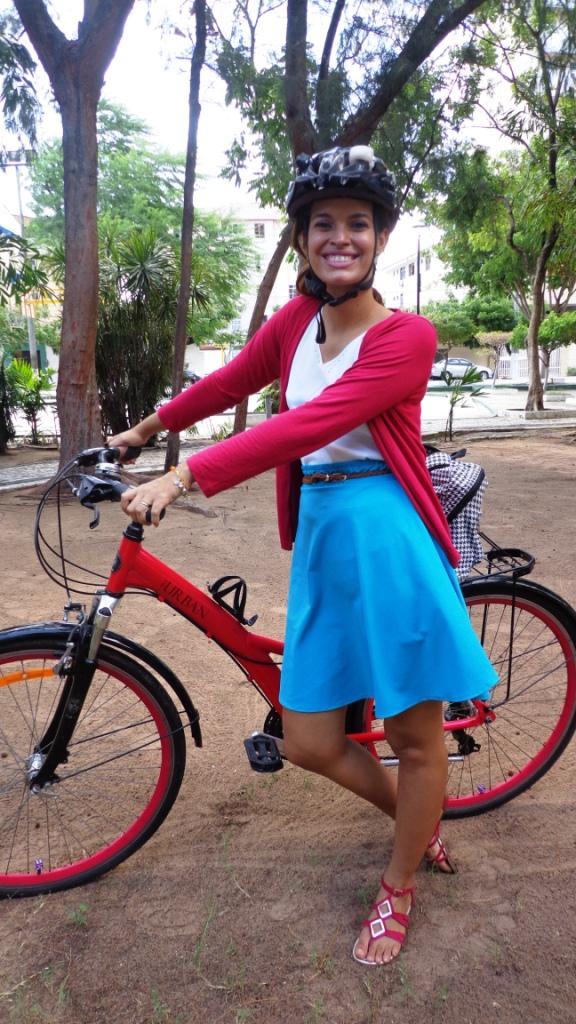 Look Cycle ChicBlusa transparente saia azul cinto pulseira graxa De Bike na Cidade Sheryda Lopes Li (2)