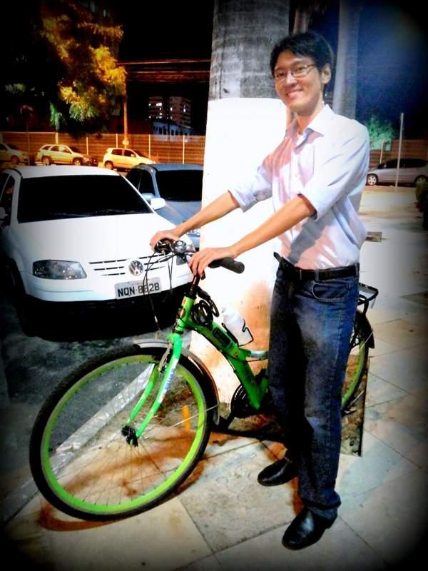 Celso Sakuraba De Bike na Cidade Sheryda Lopes