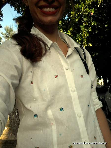 Look Cycle Chic Saia azul plissada e camisa branca bordada (2)
