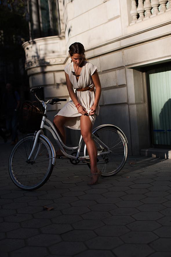 Esse vestido é de uma leveza que eu fiquei aliviada do calor só de olhar para foto. E muito sensual também, né? http://bit.ly/1H3pROp