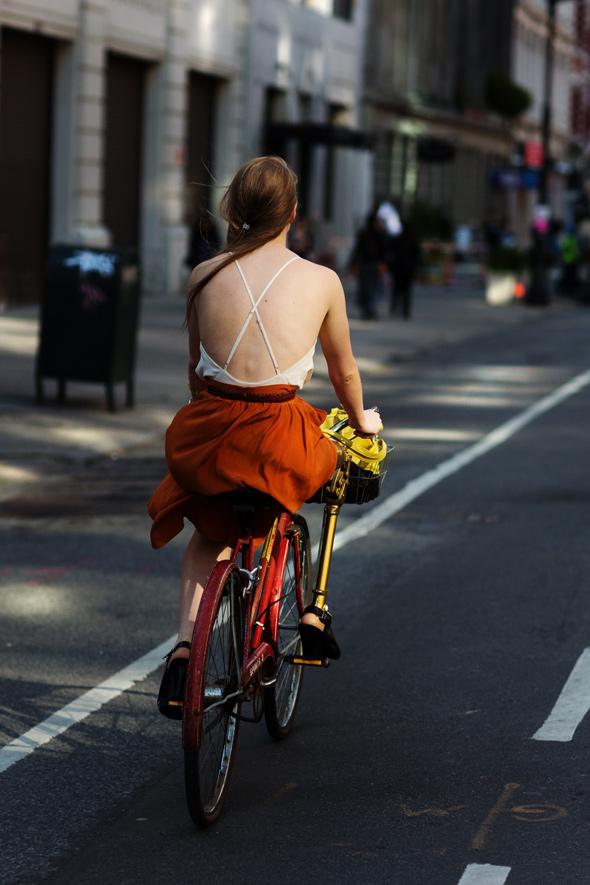Achei essas costas nuas uma lideza. Não tenho peças assim no meu guarda roupas, mas bem que fiquei com vontade de experimentar! Detalhe: foto tirada no verão de Nova Iorque. http://bit.ly/1SD1p9z