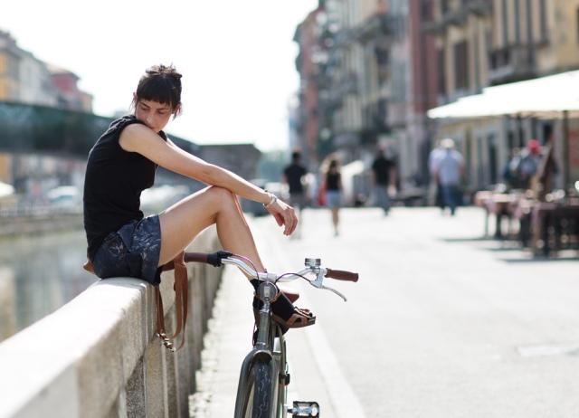 Este aqui é um fofo para quem não abre mão das cores escuras, mesmo no calor. Adorei a modelagem do short e também a ideia da meia com sandália, algo que eu nunca consegui fazer. Vocês acham que funcionou? http://bit.ly/1PFmhz8