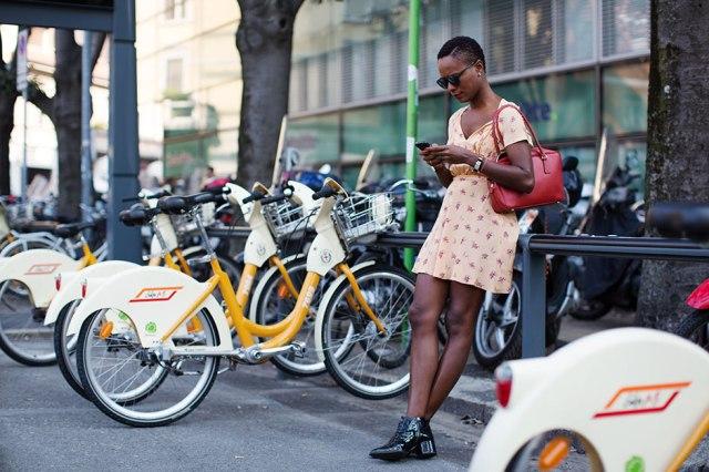 Mais um vestidinho, desta vez um tiquinho só mais justo. Estampa floral maravilhosa! http://bit.ly/1jDPa0e