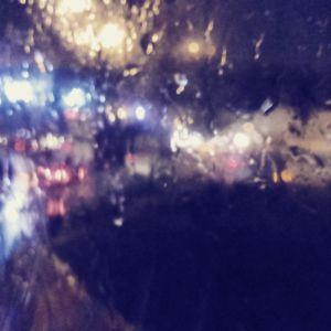 Chuva noturna embaçando as luzes do trânsito
